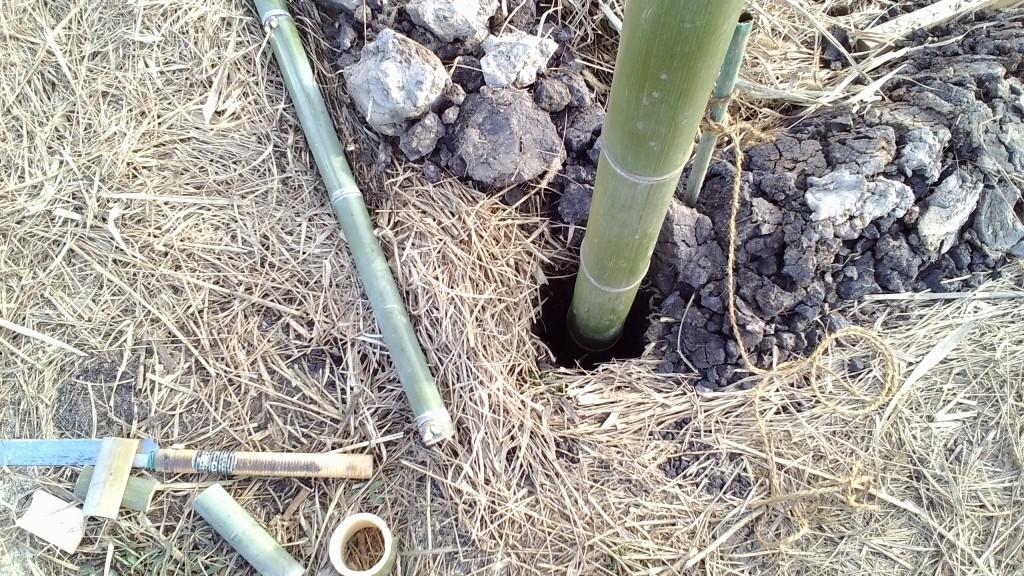 竹で柱を組む